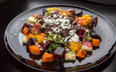 Салат з карамелізованими овочами та курячою печінкою