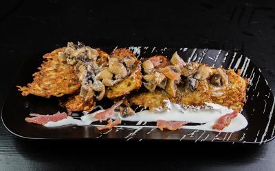 Брамбораки с грибным соусом