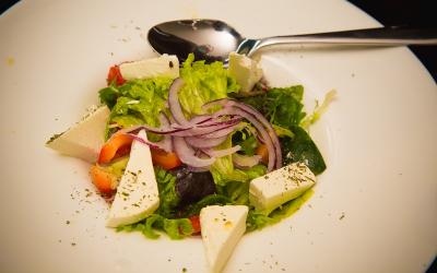 Салат овочевий з копченою фетою