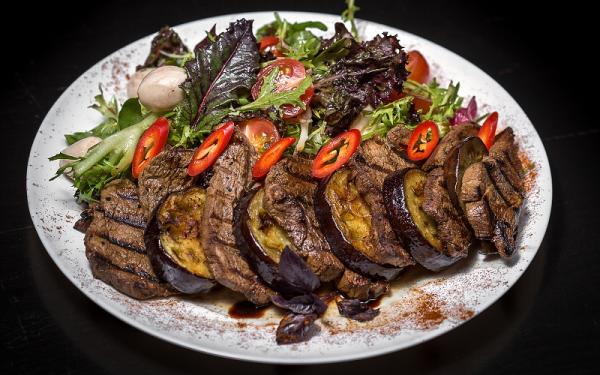 Теплий салат з телятини